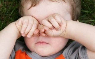 Нужно ли беспокоиться, если ваш ребенок трет глаза?