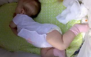 Почему ребёнок выгибает спину во сне и при кормлении.