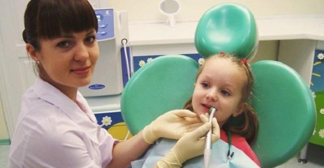 Девочку осматривают на наличие кандидозного стоматита