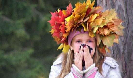 девочка с венком из осенних листьев