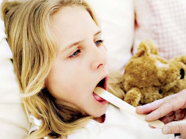 у малышки проверяют горло