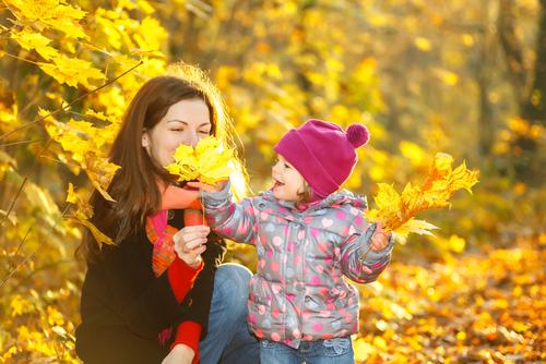 мама ребенок и осенние листья