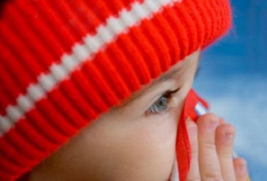 ребенок с платочком у носа