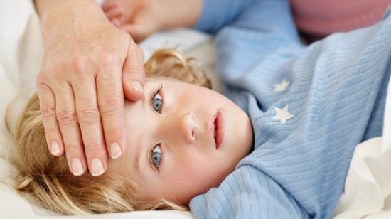у ребенка проверяют температуру