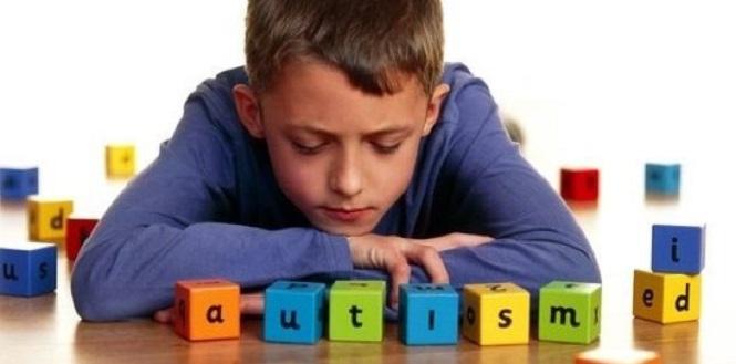 ребенок и слово аутизм из кубиков
