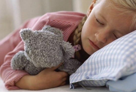 спящая девочка с игрушкой