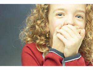 Девочка закрыла рот от икоты