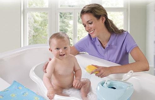 Малыш купается