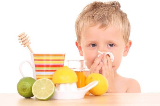 мальчик и фрукты