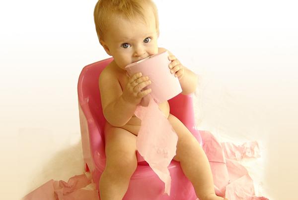 малыш на горшке ест туалетную бумагу