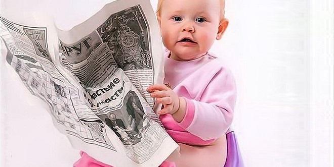 ребенок на горшке читает газету