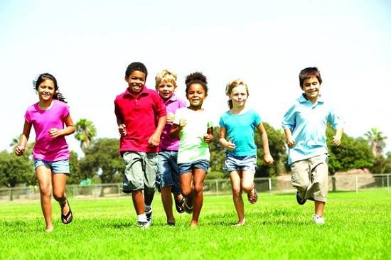 дети бегут по полю