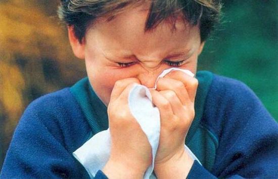 чихающий ребенок
