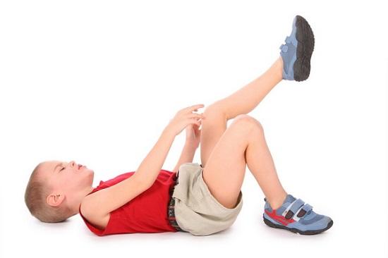 ребенок разминает ноги от ревматизма