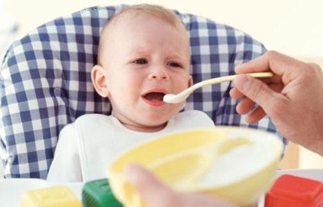 малыша кормят средством от дисбактериоза