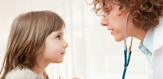 врач определяет пневмонию у ребенка