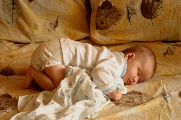 Спящий новорожденный малыш