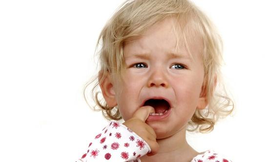 Девочка плачет из-за герпеса на губе