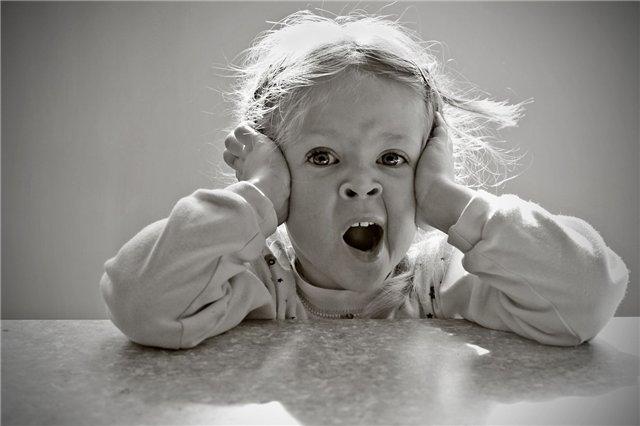 ребенок корчится от неприятных ощущений в горле