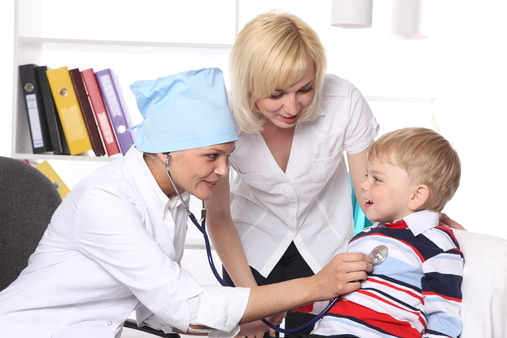 Врач проверяет ребенка на ангину