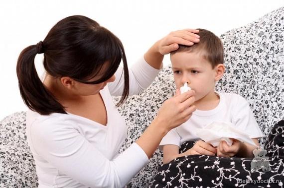 Мама лечит насморк ребенку