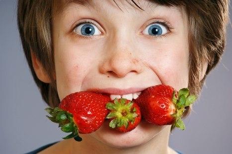 ребенок с клубникой в зубах