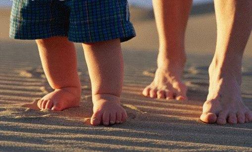 Ребенок и мама топают по песку