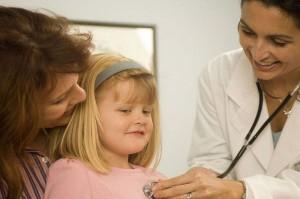 Врач обследует девочку на миокардит