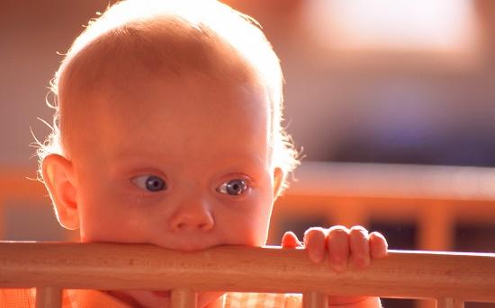 Ребенок грызет кроватку