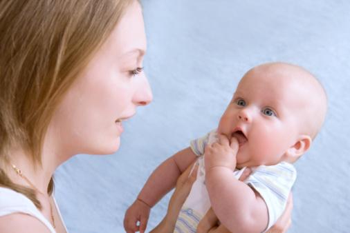 Малыш у мамы на руках