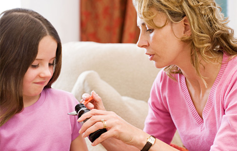 мама дает дочке антибиотики от бронхита