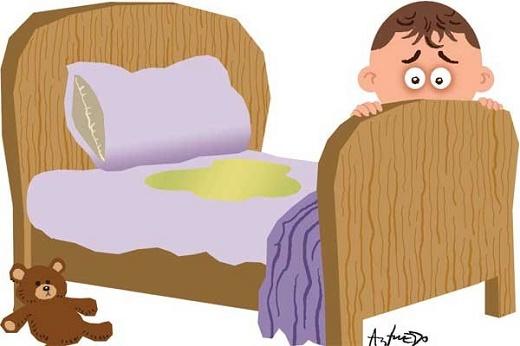кроватка и лужа описавшегося ребенка