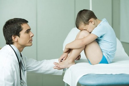 врач утешает описавшегося ребенка