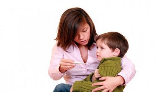 мама измеряет своему ребенку температуру при гриппе