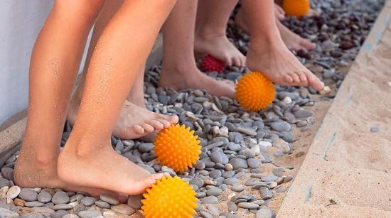 дети катают шарик от плоскостопия