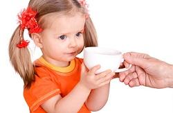 девочка пьет чай от мокроты