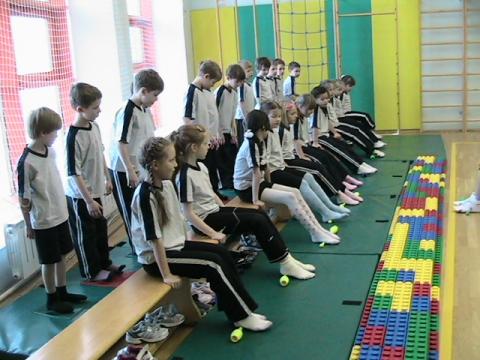 дети выполняют упражнения для профилактики плоскостопия