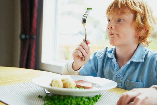 Ребенок думает, кушать ли это ему