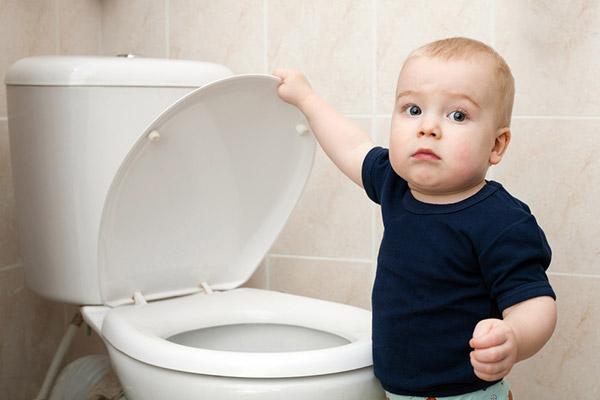 У малыша запор и он хочет в туалет