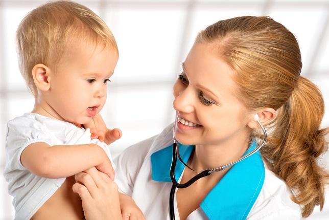 доктор проверяет животик малыша