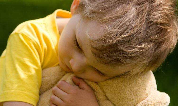 мальчик обнимает плюшевого мишку