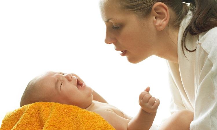 мама держит на руках младенца
