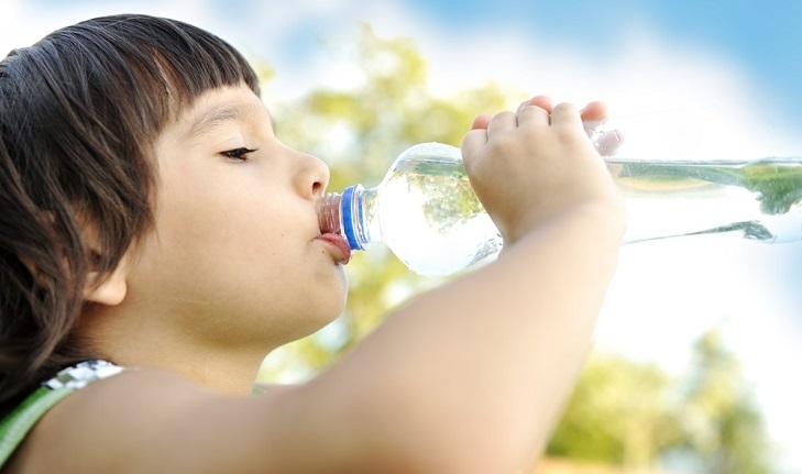 мальчик пьет воду при обезвоживании