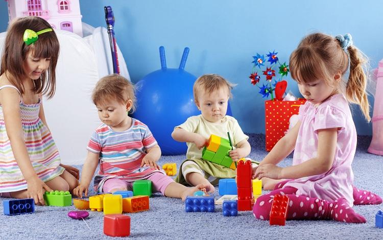 дети играют игрушками