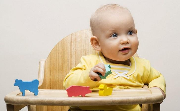 малыш в стульчике
