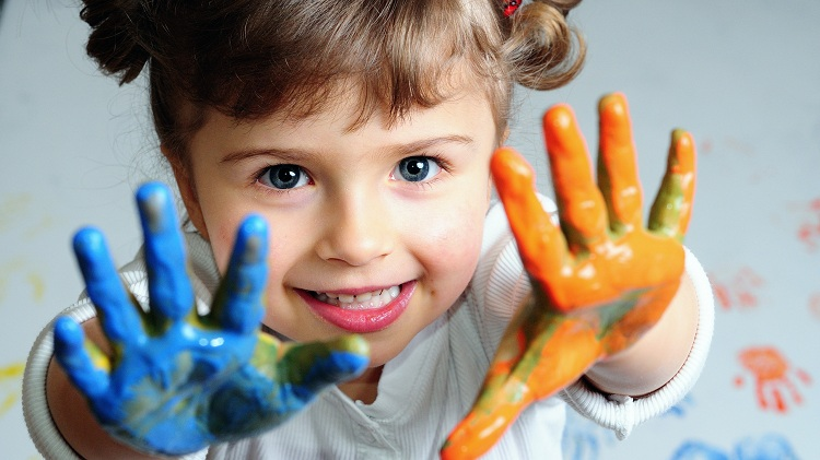 ребенок в краске во время игры