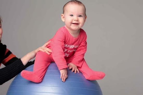 ребенок на мяче для фитбола