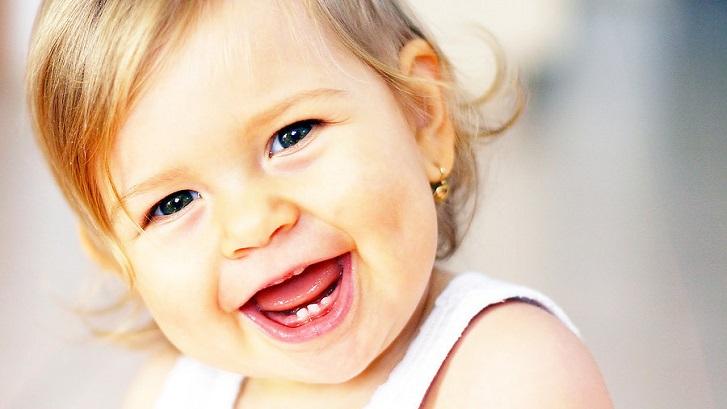 Улыбающийся годовалый ребенок