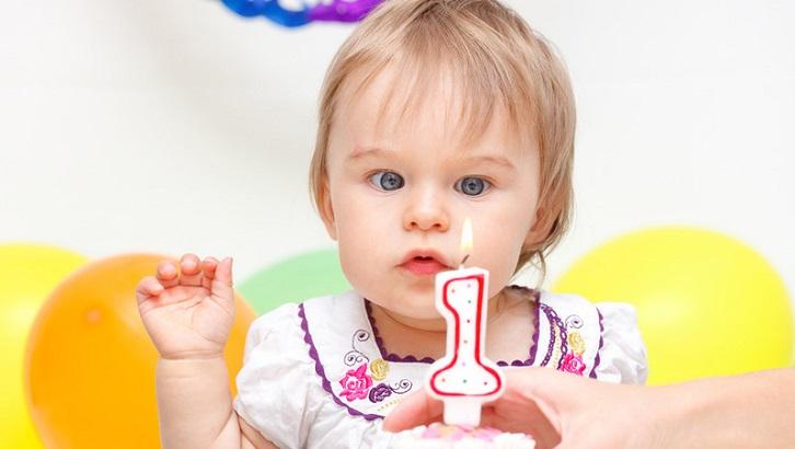Ребенок с тортом на день рождения