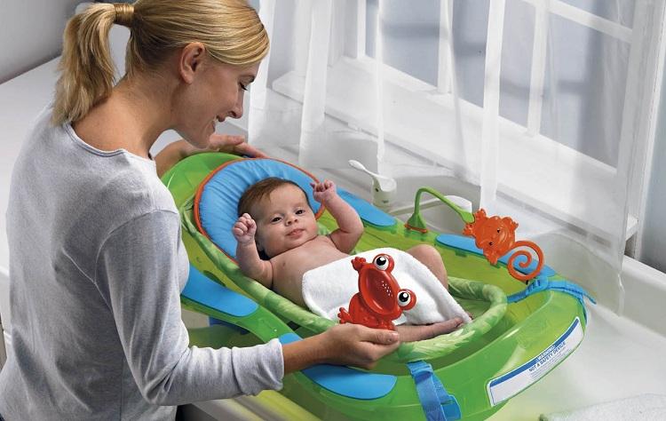мама следит за гигиеной новорожденного ребенка